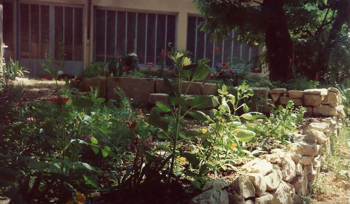 Autonomie Résilience La ferme de la Couronne Le petit Jardin dans la cour du hangar1995